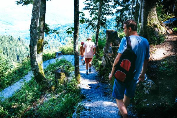 Vater und zwei Söhne wandern in den Tiroler Alpen
