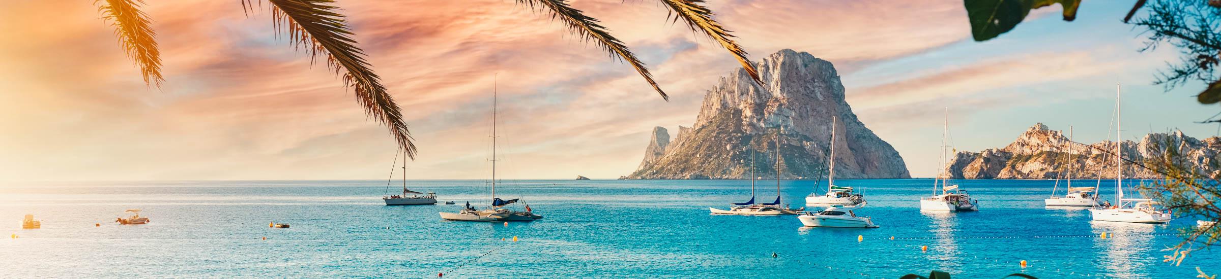 Blick aufs Wasser und eine Felsinsel - Urlaub am Mittelmeer