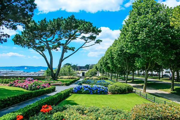 Park Cours Dajot in Brest, im Hintergrund sieht man das Meer
