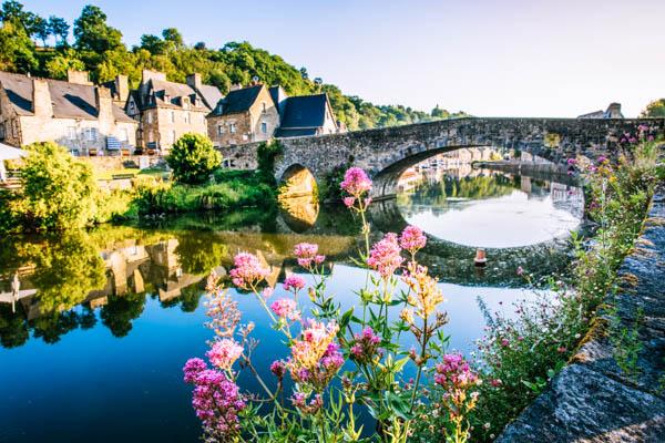 Mittelalterliche Brücke über den Fluss Rance in Dinan in der Bretagne