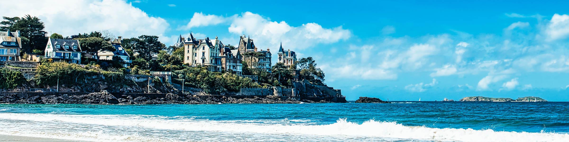 Blick aufs Meer und Gebäude am Strand von Dinard in der Bretagne