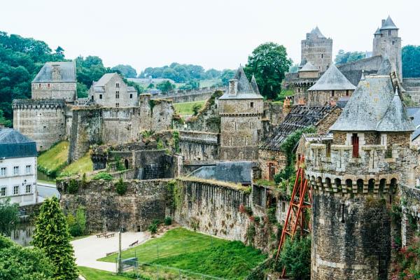 Blick aufs Schloss und die Stadt Fougeres in der Bretagne