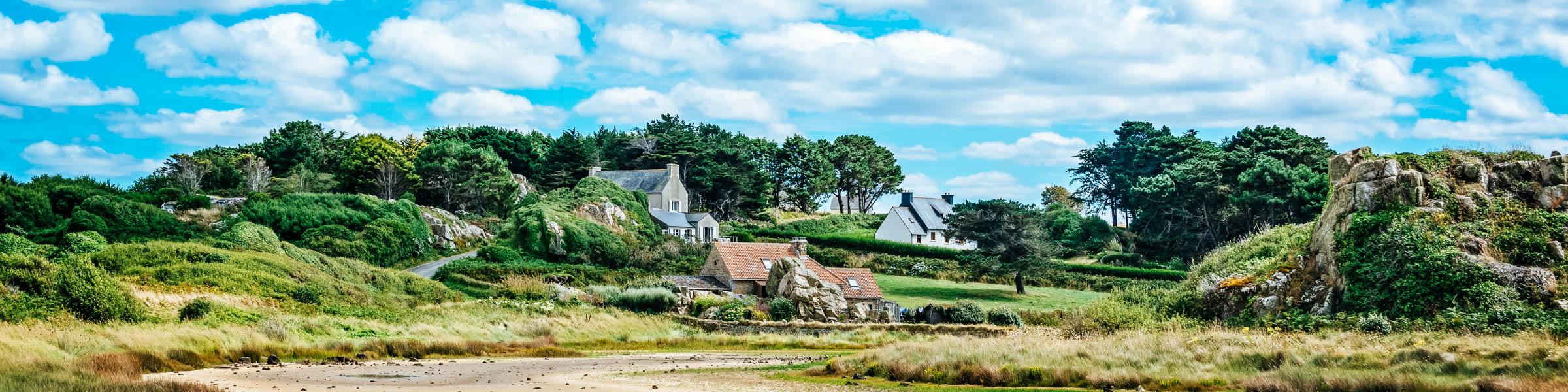 Landschaft in der Bretagne, Häuser und Wald bei Pors Hir