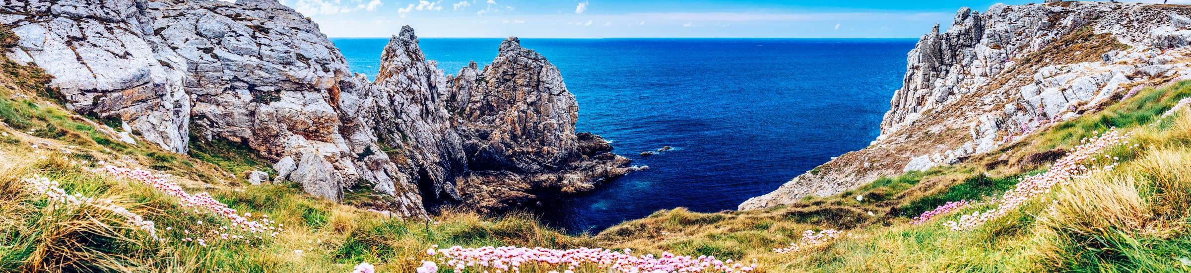 Blicks aufs Meer an der Pointe du Pen-Hir in der Bretagne
