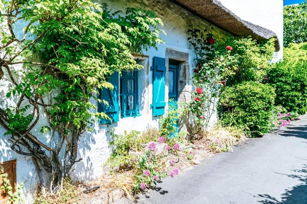 Reetgedecktes Haus in Île aux Moines in der Bretagne