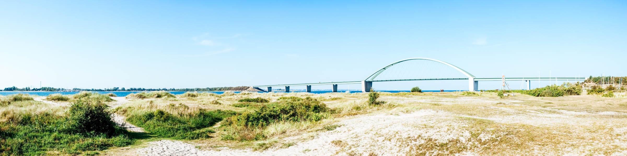 Fehmarnsundbrücke und Dünen vor der Ostsee - Reisetipps Ostsee