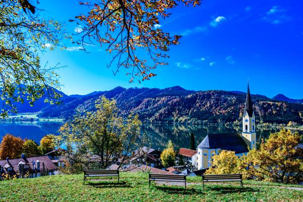 Blick auf den Schlierseee im Herbst – Bayerns Urlaubsregionen