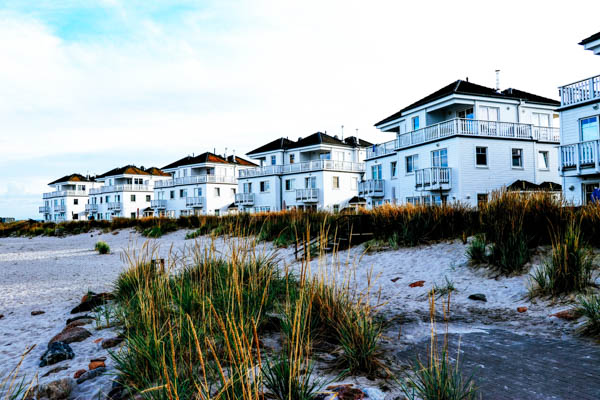 Häuserreihe mit Strand an der Ostsee